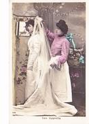 LES APPRETS: Jeune Femme Essayant Sa Robe De Mariée Derrière Son Paravent, Corbeille, Ed. GROB 1910 - Noces