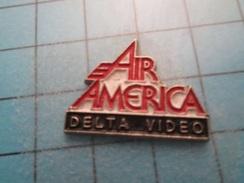 Pin710d Pin's Pins : BEAU ET RARE : CINEMA FILM A LA GLOIRE DE LA CIA : AIR AMERICA MEL GIBSON DELTA VIDEO  , Marquage A - Films