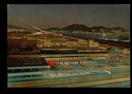 B5396 CHINA HONG KONG - VIEW OF PLANE MAKING A NIGHT LANDING AT KAITAK AIRPORT - Cina (Hong Kong)