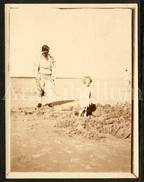 Photo Ancien / Foto / Woman / Femme / Garden / Jardin / Child / Enfant / Size: 12 X 9 Cm. / Seaside / Sur La Plage - Personnes Anonymes