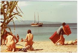 Foto/Photo. Nudistes. Femme Nue/Pin Up Sur Plage. Voilier. A Situer. Nudisme. 1981. - Pin-Ups