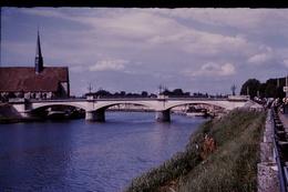 Photo Diapo Diapositive Slide Sens En 1958 Belle Péniche Sous Le Pont Station Essence BP VOIR ZOOM - Diapositives (slides)