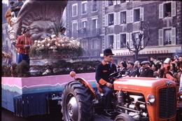 Photo Diapo Diapositive Chalon Sur Saône 1959 Char Carnaval Tracteur Massey Ferguson Brasserie De La Terrasse VOIR ZOOM - Dias