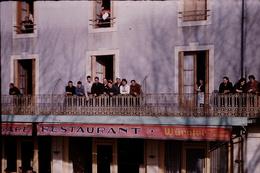 Photo Diapo Diapositive Chalon Sur Saône 1959 Carnaval Devant Restaurant Pub Bière Würgler VOIR ZOOM - Dias