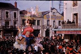 Photo Diapo Diapositive Chalon Sur Saône 1959 Char Carnaval Garage PEUGEOT Hôtel Restaurant Pub Bière Würgler VOIR ZOOM - Dias