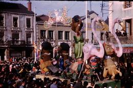 Photo Diapo Diapositive Chalon Sur Saône 1959 Carnaval Char Flamands Roses Garage PEUGEOT VOIR ZOOM - Dias