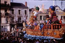 Photo Diapo Diapositive Chalon Sur Saône 1959 Carnaval Char Bateau Garage PEUGEOT Coiffeur VOIR ZOOM - Dias