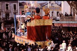 Photo Diapo Diapositive Chalon Sur Saône 1959 Carnaval Char N°9 Garage PEUGEOT Hötel Pub Bière Würgler VOIR ZOOM - Dias