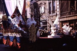 Photo Diapo Diapositive Chalon Sur Saône 1959 Carnaval Char Devant Tailleur VOIR ZOOM - Dias