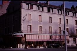 Photo Diapo Diapositive Chalon Sur Saône 1959 Hôtel Restaurant De La Gare Belle Traction Citroën Pub Würgler VOIR ZOOM - Dias