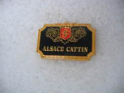 """Pin's Etiquettes Crément D'ALSACE, """"Alsace CATTIN"""". Vignobles Sur La Commune De Vœgtlinshoffen (Dépt 68) - Beverages"""