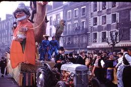 Photo Diapo Diapositive Slide Chalon Sur Saône 1959 Char Carnaval Café Brasserie De La Terrasse Tracteur VOIR ZOOM - Dias