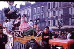 Photo Diapo Diapositive Chalon Sur Saône 1959 Carnaval Char Tracteur M. Ferguson Café Brasserie De La Terrasse VOIR ZOOM - Dias