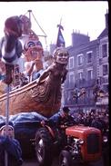 Photo Diapo Diapositive Chalon Sur Saône 1959 Carnaval Char Bateau Tracteur Café Brasserie De La Terrasse VOIR ZOOM - Dias