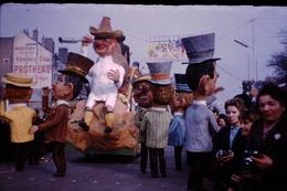 Photo Diapo Diapositive Chalon Sur Saône 1959 Char Carnaval Grosses Têtes Pub Vins Protheau Mercurey VOIR ZOOM - Dias