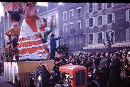 Photo Diapo Diapositive Chalon Sur Saône 1959 Char Carnaval Tracteur Café Brasserie De La Terrasse VOIR ZOOM - Dias