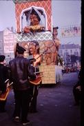 Photo Diapo Diapositive Chalon Sur Saône 1959 Char Carnaval Fanfare Pub Vins Protheau Mercurey VOIR ZOOM - Dias