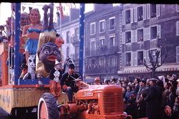 Photo Diapo Diapositive Chalon Sur Saône 1959 Char Carnaval Tracteur FARMALL Mac Cormick Café De La Terrasse VOIR ZOOM - Dias