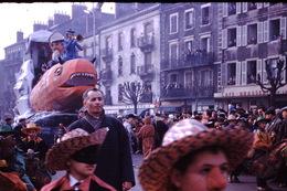 Photo Diapo Diapositive Chalon Sur Saône 1959 Char Carnaval Devant Le Café Brasserie De La Terrasse VOIR ZOOM - Dias