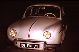Photo Diapo Diapositive Slide Car Voiture Gros Plan Renault Dauphine à Chalon Sur Saône En 1959 VOIR ZOOM - Dias