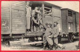 CPA Guerre De 1914  Territoriaux Français Donnant à Boire à Des Prisonniers Allemands  ( Train Militaire - Guerra 1914-18