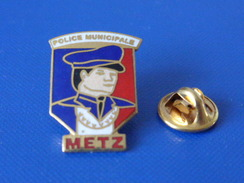 Pin's Police Nationale - Metz - Policier Drapeau Français (KB12) - Police