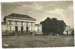 MAINE Et LOIRE - Dépt N° 49 = BAUGE 1955 = CPSM  Edition CIM = PALAIS De JUSTICE & CAISSE D' EPARGNE - France