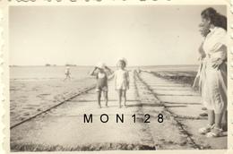 COURSEULLES SUR MER CALVADOS  PHOTO DE FAMILLE 1955 -DIM 8,5X5,5 Cms (mer Enfants Femmes) - Places