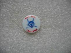 "Pin's En Porcelaine Representant L'equipe D'ANGOULEME De Base-Ball ""Les Lynx"" - Baseball"