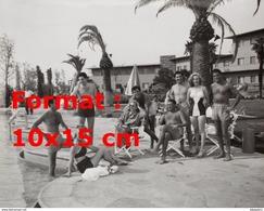 Reproduction D'une Photographie De Marilyn Monroe Posant En Photo De Groupe Au Bord D'une Piscine - Reproductions