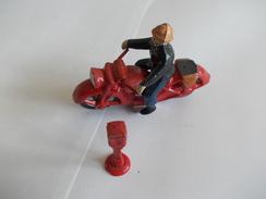 Figurine Pompier Moto Et Borne - Small Figures