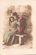 Couple , Femme Sur Un Banc - Patriotiques