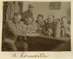 Guerre De 1914-18. Petite Photo Tirée D'un Album Du 8e RI . Soldats Autour D'une Table à Lérouville (Meuse). - Guerre, Militaire