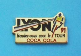 1 PIN'S  //   ** LYON 91 ** RENDEZ-VOUS AVEC LE TOUR ** COCA COLA ** - Coca-Cola