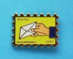 1 PIN'S  //   ** LA POSTE ** VÉZENOBRES ** '92 ** GARD ** - Mail Services