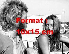 Reproduction D'une Photographie D'un Portrait De Johnny Hallyday Discutant Avec La Jeune Sheila - Reproducciones