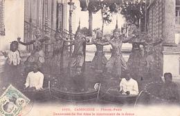 CAMBODGE Phnom-Penh Danseuses Du Roi Dans Le Mouvement De Danse - Cambodge