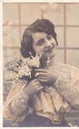 """CARTE FANTAISIE . PORTRAIT DE JEUNE FEMME ET MUGUET.  ANNÉE 1907. PHOTO D'ART """" LE NORMAND"""" - Femmes"""