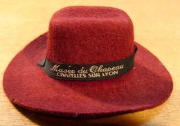 MUSEE DU CHAPEAU CHAZELLES SUR LYON CHAPEAU EVEREST ETS ECUYER THOMAS ( MINI CHAPEAU 120 MM X 99 MM X 44 MM ENVIRONS ) - Belts & Buckles