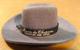 MUSEE DU CHAPEAU CHAZELLES SUR LYON CHAPEAU EVEREST ETS ECUYER THOMAS ( MINI CHAPEAU 120 MM X 95 MM X 42 MM ENVIRONS ) - Belts & Buckles