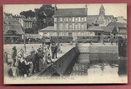Caen - Un Groupe De Pêcheurs Sur Le Pont - Caen