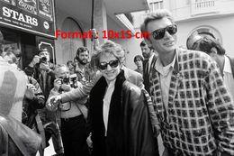 Reproduction D'une Photographie De Johnny Hallyday Et Nathalie Baye Devant Des Journalistes - Riproduzioni