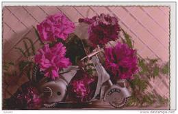 SCOOTER VESPA Entouré De Roses - Postcards