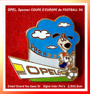 SUPER PIN'S OPEL-FOOTBALL : Automobiles OPEL Sonsors COUPE D'EUROPE De FOOTBALL 94, émail Grand Feu Base Or, 2,6X2,6cm - Opel