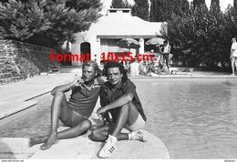 Reproduction D'une Photographie De Johnny Hallyday Et Michel Sardou Au Bord D'une Piscine - Reproductions