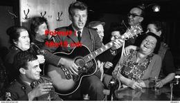 Reproduction D'une Photographie De Johnny Hallyday En Militaire Chantant Et Jouant De La Guitare Dans Un Café - Reproductions