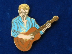 PIN'S   JOHNNY HALLYDAY - D'OU VIENS TU JOHNNY - CHEMISE BLEUE CLAIR - GUITARE MARRON - Music