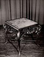 Grande Photo Originale Mobilier Contemporain - Table Basse Carrée Motif Roses En Fer Forgé & Céramique Vers 1950 - Objects