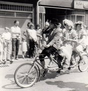 Amusante Photo Originale Fête & Cavalcade - Défilé De Vélo Tandem à 3 Places & Ses 3 Clowns Roulant & Picolant ! - Cyclisme