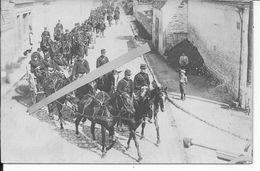 1914 Soldats Français Artillerie De Campagne Convoi De Canons De 75mm Et Caissons Dans Un Village 1 Carte Photo Ww1 1wk - War, Military